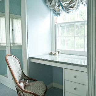 Diseño de vestidor de mujer, tradicional, de tamaño medio, con armarios con paneles lisos, puertas de armario blancas, moqueta y suelo azul