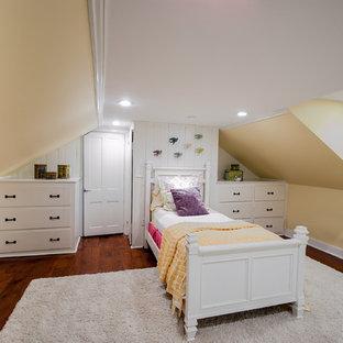 Ejemplo de armario de mujer, campestre, de tamaño medio, con armarios abiertos, puertas de armario blancas y suelo de madera en tonos medios