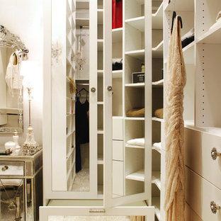 ニューヨークの中サイズの女性用エクレクティックスタイルのおしゃれなフィッティングルーム (フラットパネル扉のキャビネット、白いキャビネット、カーペット敷き) の写真
