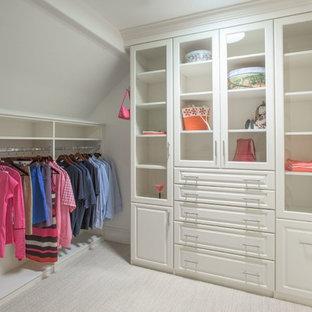 Diseño de armario y vestidor unisex, clásico renovado, con armarios con paneles con relieve, puertas de armario blancas, moqueta y suelo blanco