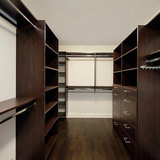 Immagine di una grande cabina armadio unisex chic con nessun'anta, ante in legno bruno e parquet scuro