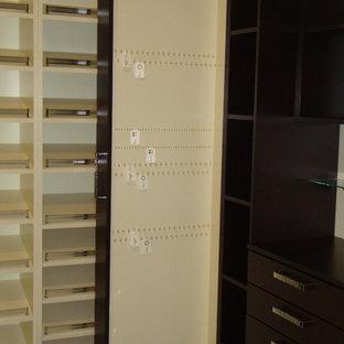 Idee per una grande cabina armadio per donna minimalista con ante lisce, ante marroni, pavimento in gres porcellanato e pavimento beige