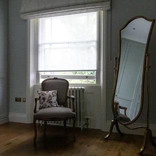 Inspiration pour un placard dressing victorien neutre avec des portes de placards vertess.