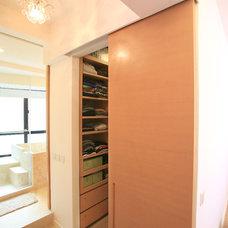 Contemporary Closet by Clifton Leung Design Workshop - CLDW.com.hk