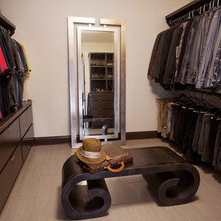 Idées déco pour un dressing room contemporain avec des portes de placard en bois sombre et un sol en carrelage de céramique.