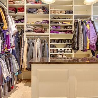 На фото: большая гардеробная комната в классическом стиле с белыми фасадами и полом из терракотовой плитки для мужчин с