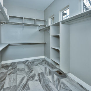 Esempio di una grande cabina armadio american style con pavimento con piastrelle in ceramica e pavimento multicolore