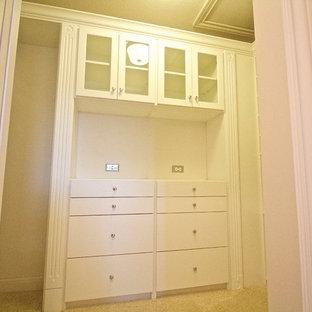 Immagine di una cabina armadio unisex di medie dimensioni
