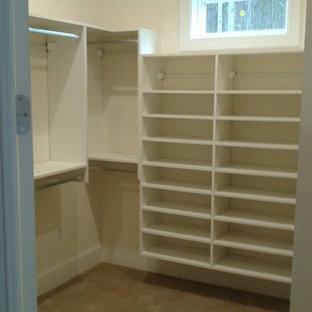 Foto de armario vestidor unisex, minimalista, pequeño, con armarios abiertos, puertas de armario blancas y moqueta