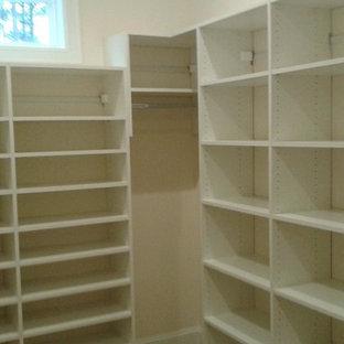 Esempio di una piccola cabina armadio unisex minimalista con nessun'anta, ante bianche e moquette