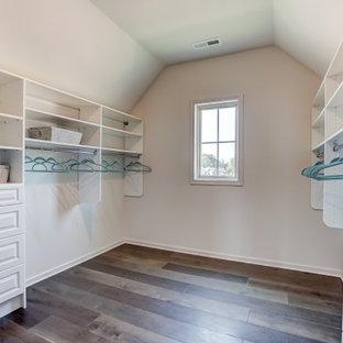 Geräumiger Begehbarer Kleiderschrank mit profilierten Schrankfronten, weißen Schränken, dunklem Holzboden und gewölbter Decke in Charlotte