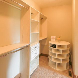 Modelo de armario vestidor unisex, de estilo americano, de tamaño medio, con armarios con rebordes decorativos, puertas de armario blancas y moqueta