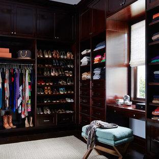 Diseño de armario y vestidor marinero con puertas de armario de madera en tonos medios