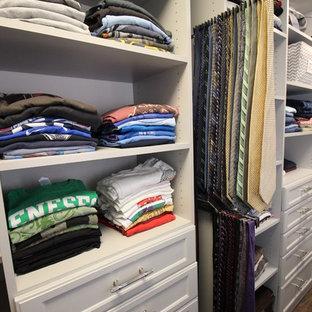 Diseño de armario vestidor unisex, tradicional renovado, grande, con armarios con paneles empotrados, puertas de armario grises y suelo de linóleo