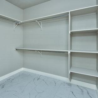 Foto de armario vestidor tradicional, de tamaño medio, con suelo de baldosas de cerámica y suelo blanco