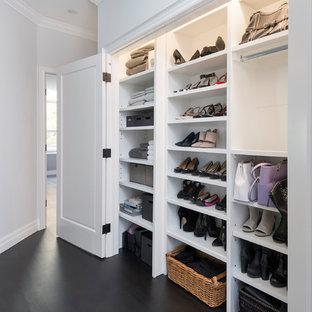 Ispirazione per un piccolo armadio o armadio a muro per donna tradizionale con ante bianche, parquet scuro e pavimento nero
