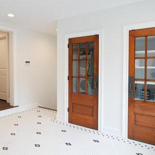 Imagen de armario vestidor unisex, de estilo de casa de campo, de tamaño medio, con suelo blanco