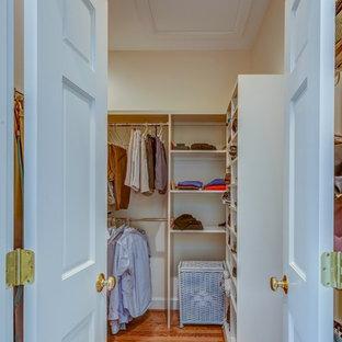 Idéer för ett stort klassiskt walk-in-closet för könsneutrala, med öppna hyllor, vita skåp och mellanmörkt trägolv
