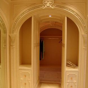 Modelo de armario y vestidor de hombre, clásico, extra grande, con armarios tipo vitrina y puertas de armario de madera oscura