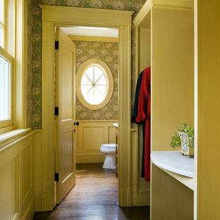 Esempio di un armadio o armadio a muro per donna classico con nessun'anta, ante in legno chiaro e parquet scuro