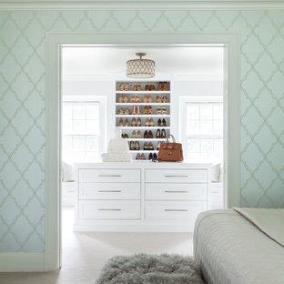 Idee per un ampio spazio per vestirsi per donna classico con ante bianche, moquette, pavimento beige e ante con riquadro incassato