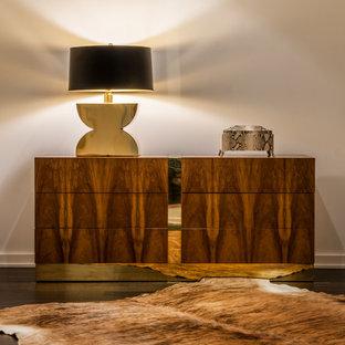 Ejemplo de vestidor unisex, vintage, de tamaño medio, con armarios con paneles lisos, puertas de armario de madera oscura y suelo de madera oscura