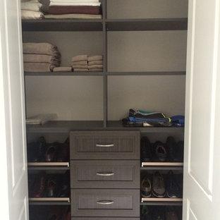Ispirazione per una cabina armadio unisex minimalista di medie dimensioni con ante in stile shaker, ante marroni e moquette