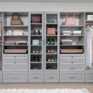 Foto de armario vestidor de mujer, moderno, de tamaño medio, con armarios con paneles empotrados, puertas de armario grises, moqueta y suelo beige