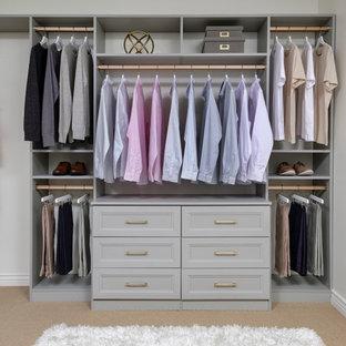 Esempio di una cabina armadio per uomo minimalista di medie dimensioni con ante con riquadro incassato, ante grigie, moquette e pavimento beige