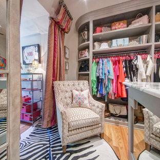 Diseño de vestidor de mujer, ecléctico, de tamaño medio, con puertas de armario grises, suelo de madera en tonos medios y armarios abiertos