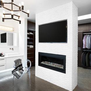 Ispirazione per un grande spazio per vestirsi per uomo minimal con ante lisce e ante in legno bruno