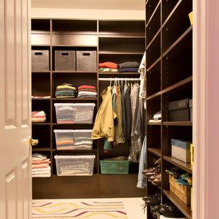 Ispirazione per una cabina armadio unisex design di medie dimensioni con ante lisce, ante in legno bruno e pavimento in gres porcellanato