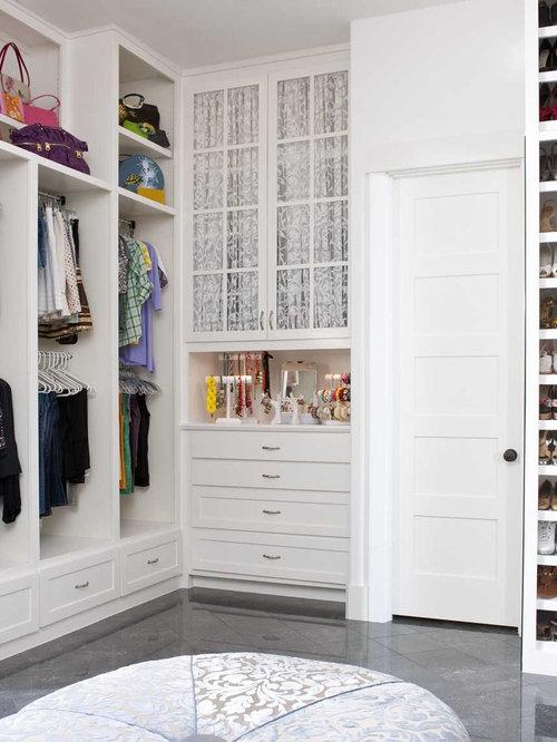 Mediterraner Begehbarer Kleiderschrank Mit Weißen Schränken Und  Schrankfronten Im Shaker Stil In Dallas