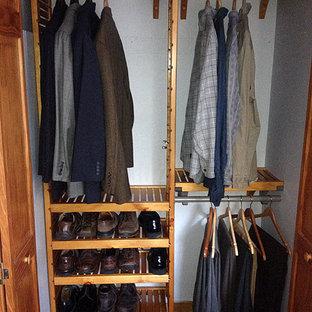 ブリッジポートの小さい男女兼用トラディショナルスタイルのおしゃれなウォークインクローゼット (オープンシェルフ、中間色木目調キャビネット、カーペット敷き、黒い床) の写真
