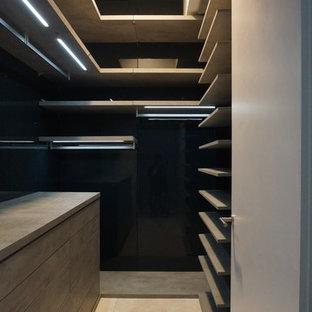 Imagen de armario vestidor unisex, moderno, pequeño, con armarios con paneles lisos y puertas de armario grises