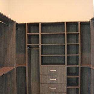 Foto di una grande cabina armadio unisex classica con ante lisce, ante in legno bruno, pavimento in marmo e pavimento beige