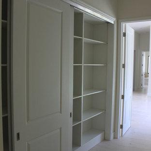 Diseño de armario unisex, clásico renovado, de tamaño medio, con armarios estilo shaker, puertas de armario blancas, suelo de mármol y suelo beige