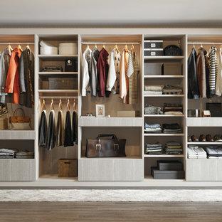 Ejemplo de armario unisex, actual, de tamaño medio, con armarios abiertos, puertas de armario beige y suelo de madera oscura