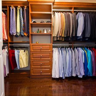 Mittelgroßer, Neutraler Klassischer Begehbarer Kleiderschrank mit offenen Schränken, hellbraunen Holzschränken und dunklem Holzboden in New York