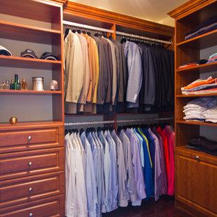 Imagen de armario vestidor unisex, clásico, de tamaño medio, con armarios abiertos, puertas de armario de madera oscura y suelo de madera oscura