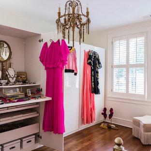 ローリーのエクレクティックスタイルのおしゃれな収納・クローゼット (フラットパネル扉のキャビネット、白いキャビネット、無垢フローリング、茶色い床) の写真