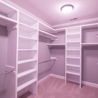 Foto på ett stort vintage walk-in-closet för könsneutrala, med öppna hyllor, vita skåp, heltäckningsmatta och beiget golv