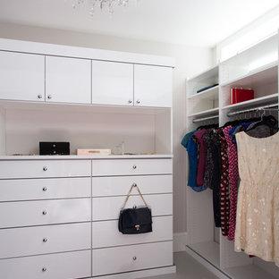 Modelo de armario y vestidor tradicional renovado, de tamaño medio, con suelo de baldosas de porcelana