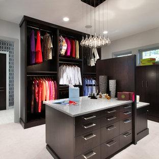 Foto de armario vestidor contemporáneo, grande, con puertas de armario de madera en tonos medios, moqueta y armarios con paneles lisos