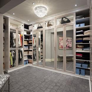 Ejemplo de armario y vestidor tradicional renovado con armarios tipo vitrina, puertas de armario de madera clara, suelo de cemento y suelo gris