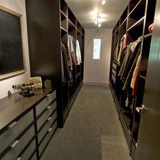 Contemporary Closet by Haya Nof