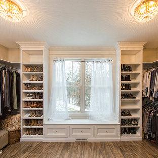 Foto di una cabina armadio unisex stile americano di medie dimensioni con ante in stile shaker, ante bianche, pavimento in gres porcellanato e pavimento marrone