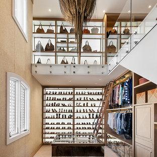 Foto de armario vestidor de mujer, rural, con armarios abiertos y moqueta