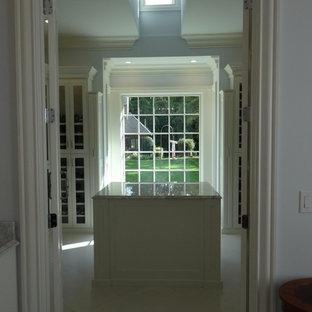 Diseño de vestidor de mujer, clásico, grande, con armarios estilo shaker, puertas de armario blancas y suelo de mármol