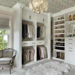 セントルイスの広い女性用トランジショナルスタイルのおしゃれなウォークインクローゼット (白いキャビネット、カーペット敷き、クロスの天井、オープンシェルフ、グレーの床) の写真